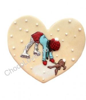 Пряник в виде сердца с девочкой на коньках