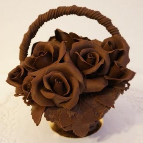 Шоколадная корзина с шоколадными розами