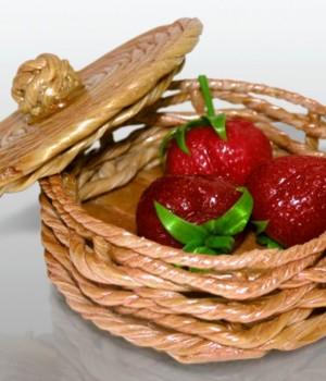 """Лукошко с ягодами"" из карамели"