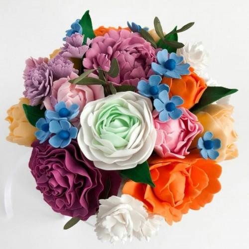 Сладкий подарок с шоколадными цветами