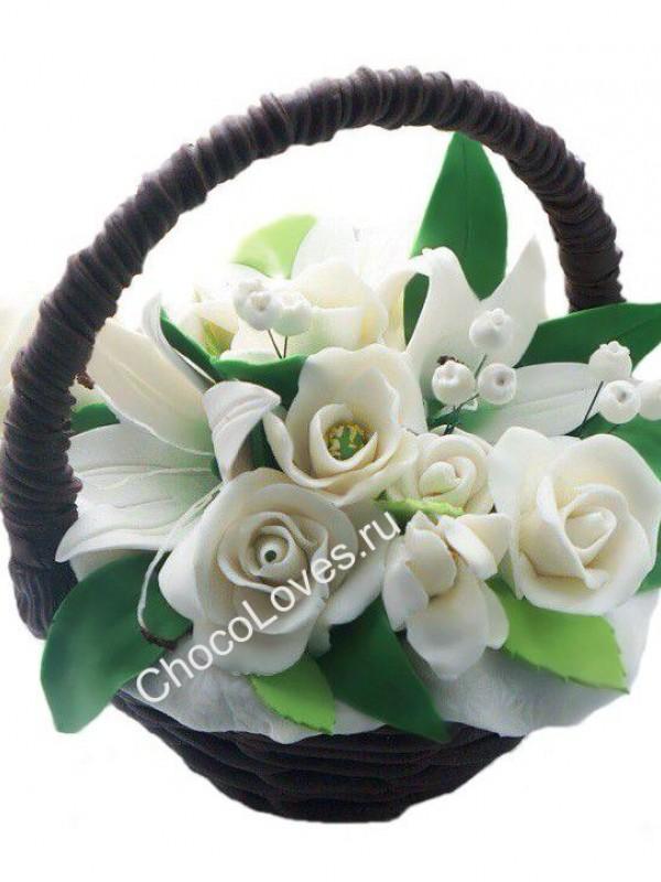 Шоколадный букет белых роз и лилий