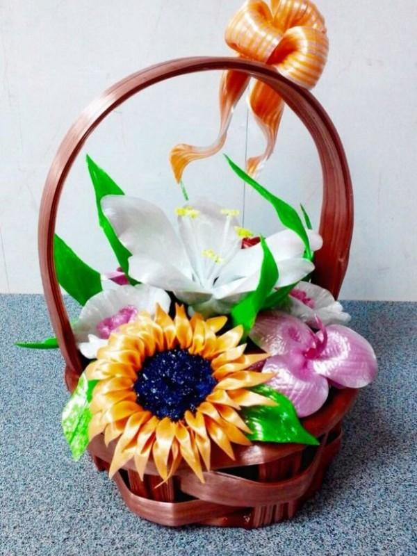 Корзина с орхидеей и подсолнухом