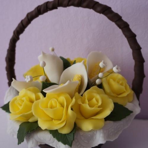Шоколадная корзина с желтыми розами и каллами