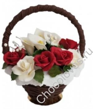 Красивая шоколадная корзина красных роз и калл