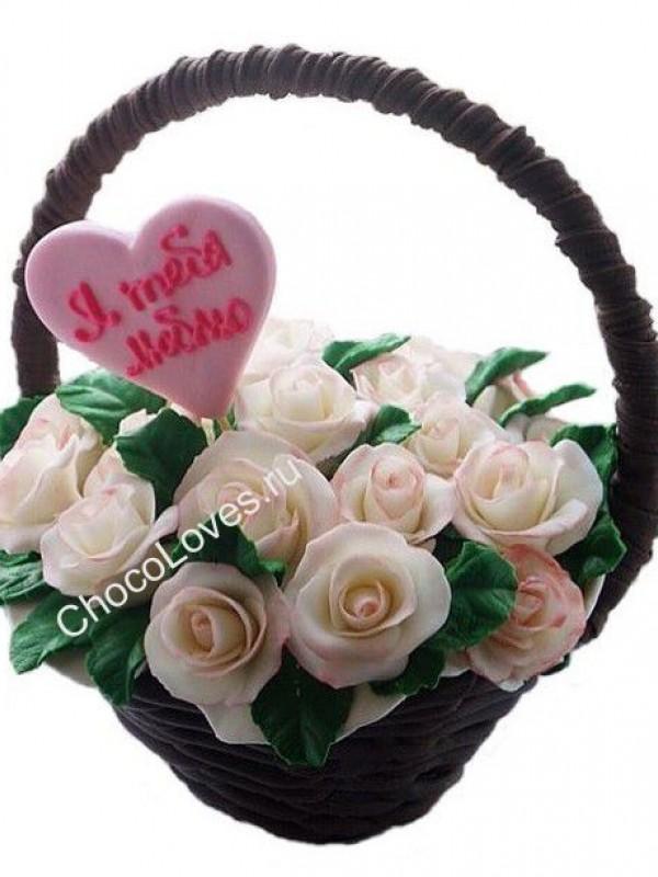 Шоколадный букет белых роз с сердцем