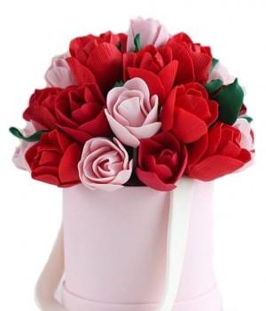 Сладкий подарок с красными тюльпанами