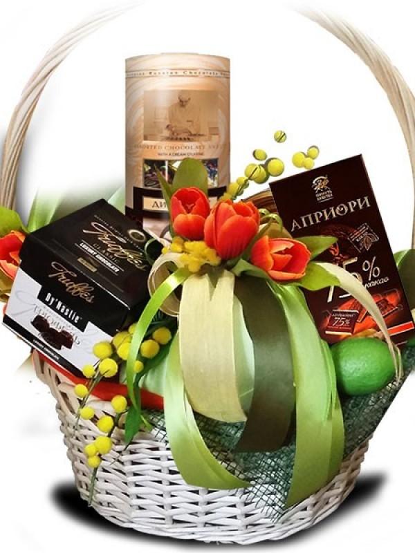 Подарочная корзина с тюльпанами