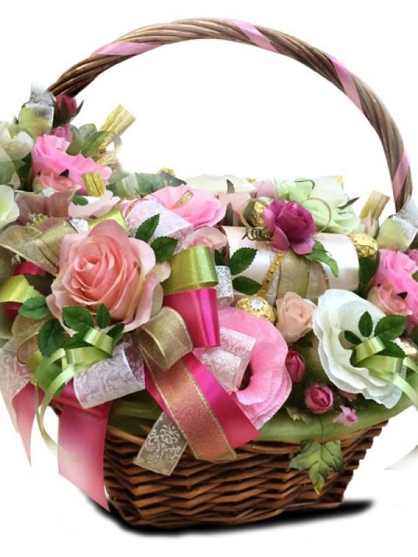 """Корзина с конфетами и цветами """"Сказка"""""""