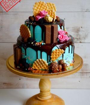Двухъярусный торт без мастики со сладостями