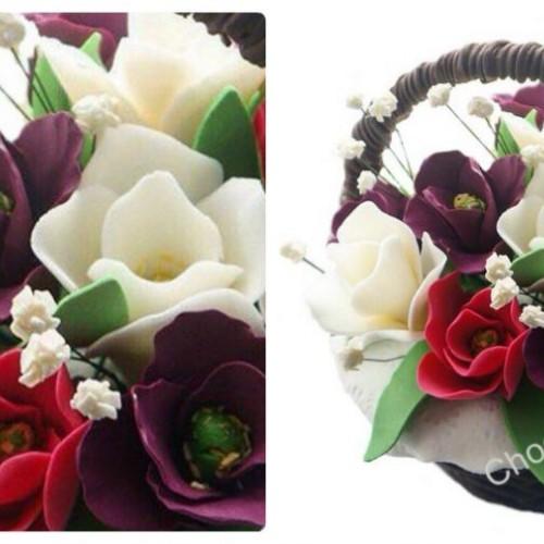 Шоколадная корзина с разноцветными тюльпанами