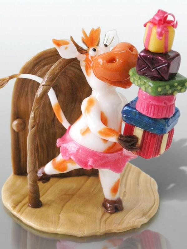 Корова с подарками