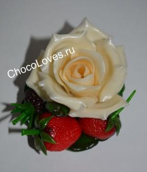 Карамельная роза с ягодами