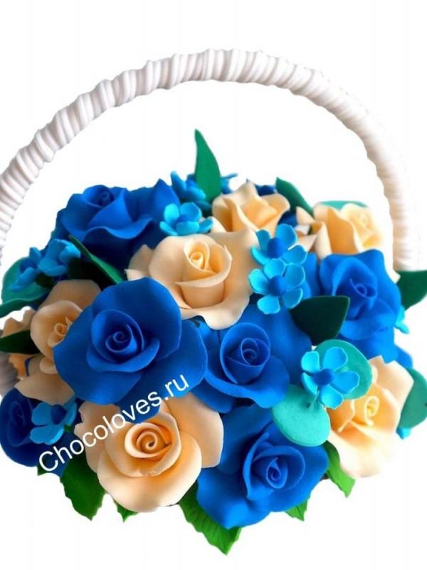 Шоколадная корзина с синими розами