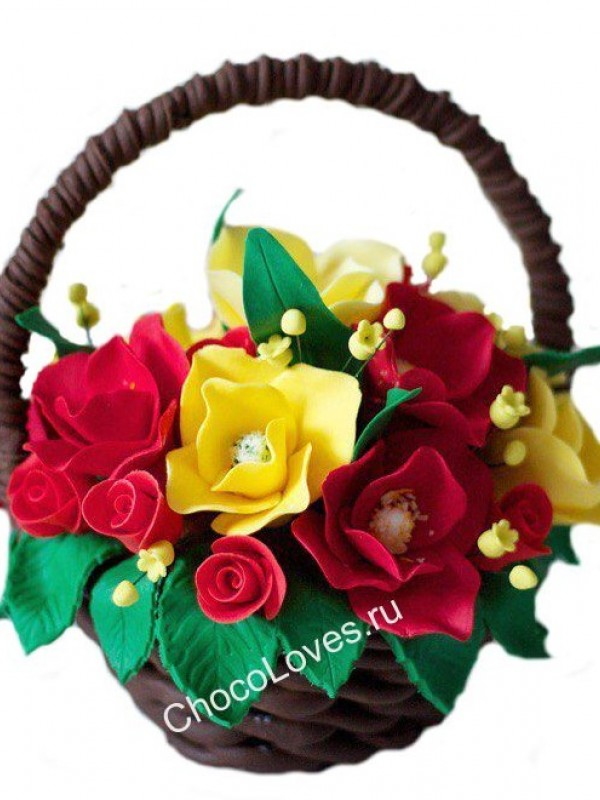 Шоколадная корзина с розами и тюльпанами