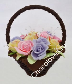 Красивая шоколадная корзина разноцветных роз