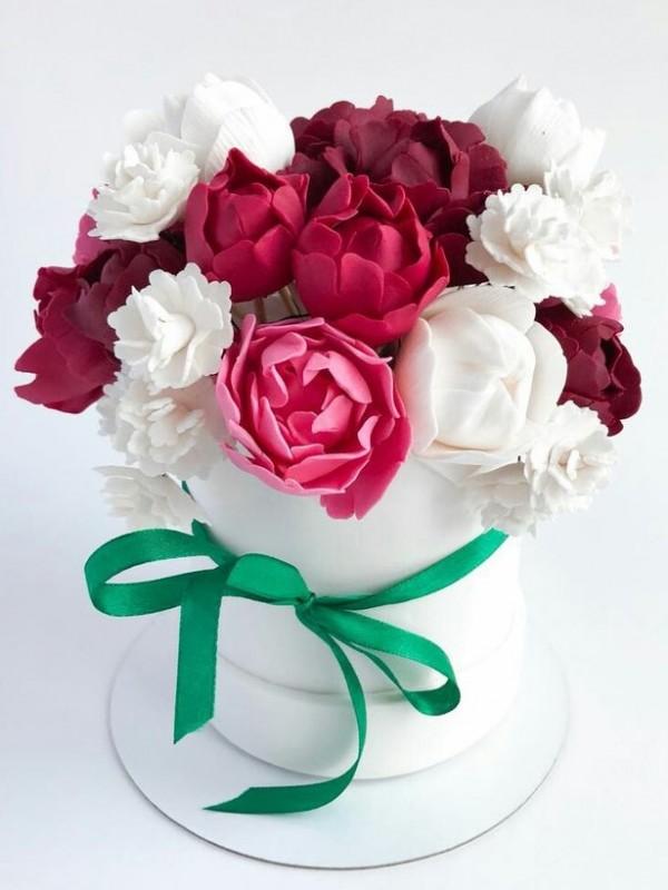 Сладкий подарок с цветами